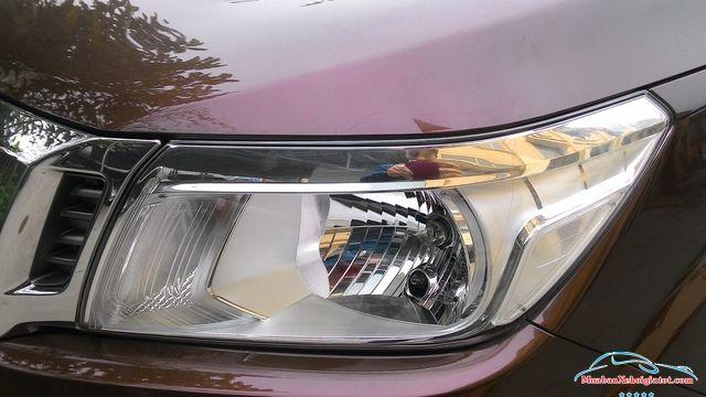 Cụm đèn trước Nissan Navara 2.5 MT 4WD hay Nissan Navara SL - Nissan Navara 2.5 MT 4WD (SL): Giá bán, hình ảnh, vận hành và an toàn