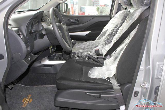 Ghế lái Nissan Navara 2.5 MT 2WD hay Nissan Navara E - Nissan Navara 2.5 MT 2WD (E): Giá bán, giá lăn bánh, giá mua trả góp