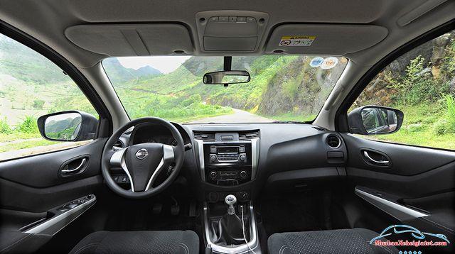 Khoang lái xe Nissan Navara 2.5 MT 4WD hay Nissan Navara SL - Nissan Navara 2.5 MT 4WD (SL): Giá bán, hình ảnh, vận hành và an toàn