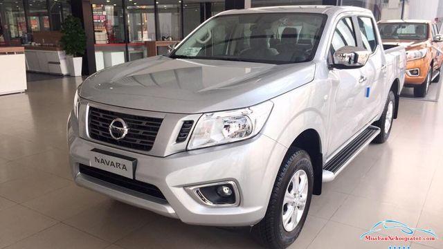 Thân trước phải Nissan Navara 2.5 MT 2WD hay Nissan Navara E - Nissan Navara 2.5 MT 2WD (E): Giá bán, giá lăn bánh, giá mua trả góp