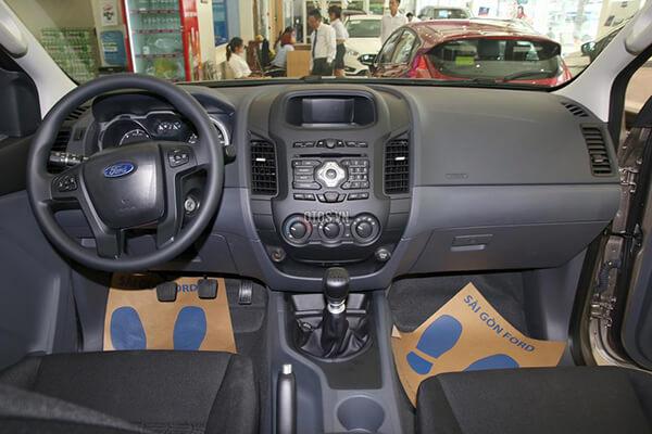 Ford Ranger XLS 2 2 4x2 MT Muaxegiatot vn 3 - So sánh Toyota Hilux 2.4G MT 4x4 và Ford Ranger XLT 2.2L MT 4x4  (Số sàn, 2 cầu)