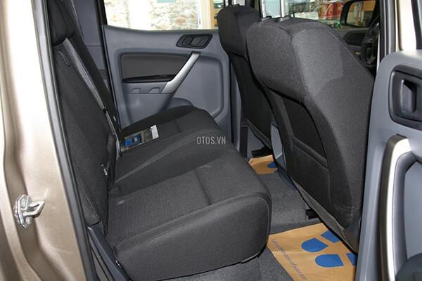 Ford Ranger XLS 2 2 4x2 MT Muaxegiatot vn 4 - So sánh Toyota Hilux 2.4G MT 4x4 và Ford Ranger XLT 2.2L MT 4x4  (Số sàn, 2 cầu)