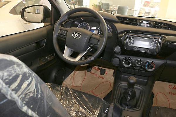 Toyota Hilux 2 4E MT Muaxegiatot vn 2 - So sánh Toyota Hilux 2.4G MT 4x4 và Ford Ranger XLT 2.2L MT 4x4  (Số sàn, 2 cầu)