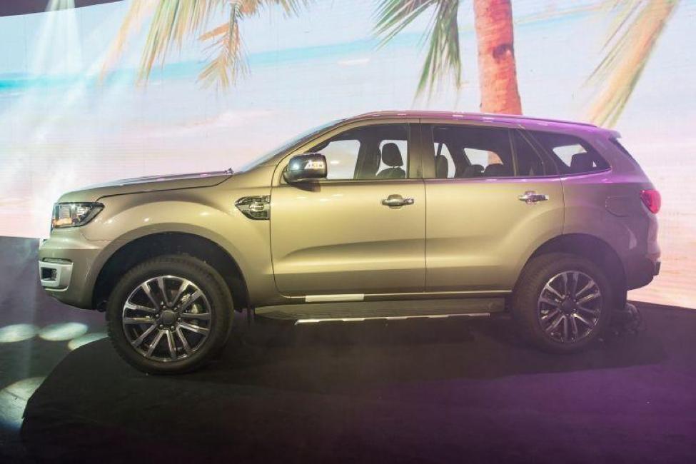Ford Everest ghi vàng quý phái