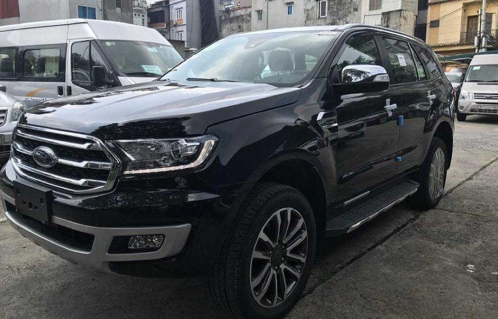 Ford Everest màu đen sang trọng
