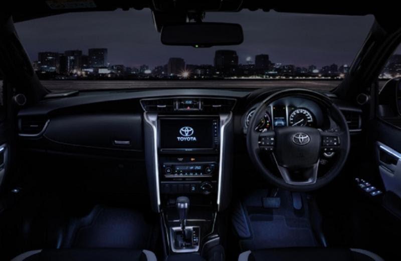 Nội thất trên bản Legender  - Đánh giá xe Toyota Fortuner 2021, Bản cập nhật nhiều tính năng
